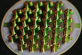 Chip com 32 unidades de integrado de espectroscopia atômica