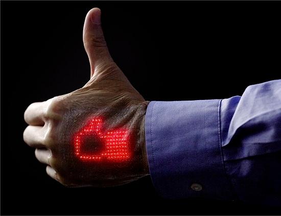 Pele eletrônica mostra eletrocardiograma em movimento