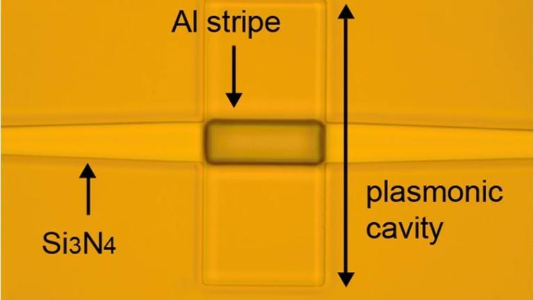Chip eletrônico-fotônico é fabricado com tecnologia industrial