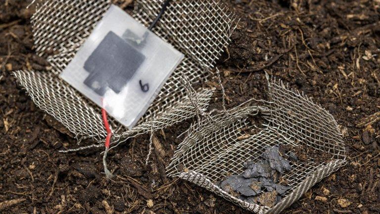 Bateria biodegradável feita de celulose, carbono e sal de cozinha