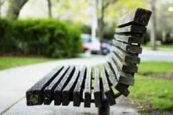 Lixo eletrônico vira banco para praças e parques públicos