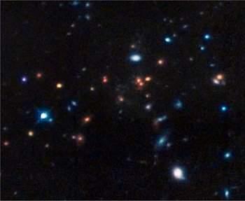 Enxame de galáxias distante e evoluído desafia teorias