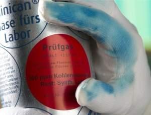 Luva muda de cor quando toca em substâncias tóxicas