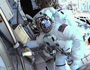 Astronautas do Endeavour fazem primeira caminhada espacial