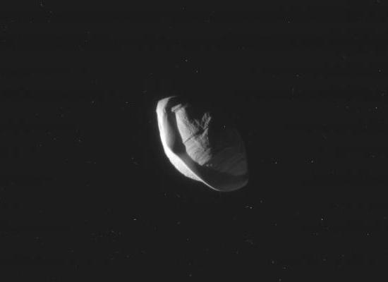Cassini revela estranho formato da lua Pã