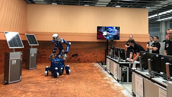 Robô humanoide comandado do espaço conserta painel solar na Terra