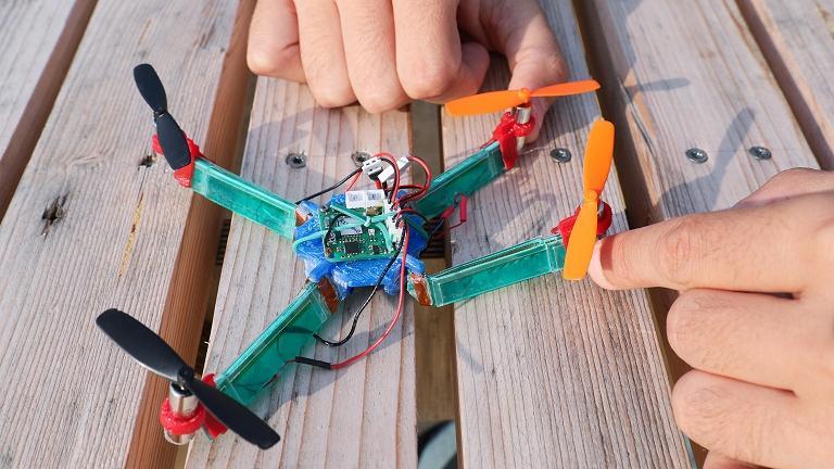Drone resistente a impactos dobra-se para não cair